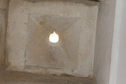 Pièce en verre insérée dans l'ouverture en pierre
