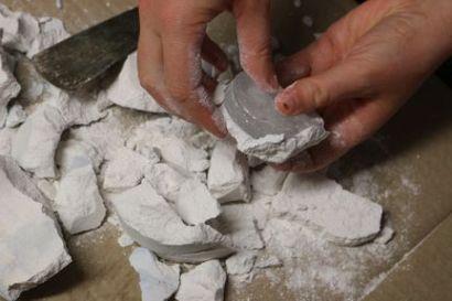Plâtre retiré du verre à la main