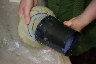 Le coffrage contenant le plâtre est décollé du support en terre