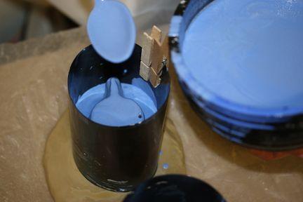 Le plâtre liquide est versé à la cuillère dans le coffrage