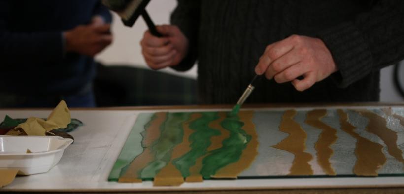 A l'atelier, création d'une pièce en verre artistique destinée à l'architecture