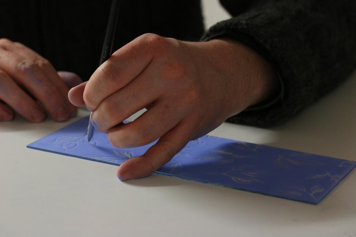 Grégoire Duchamp peint à la grisaille bleue une pièce de verre