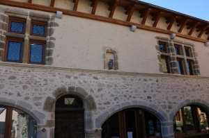 Maison classée avec vitraux classiques